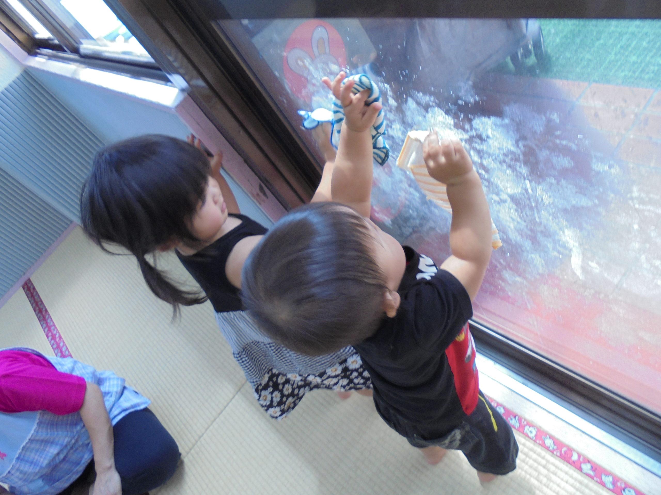 窓をフキフキ⭐