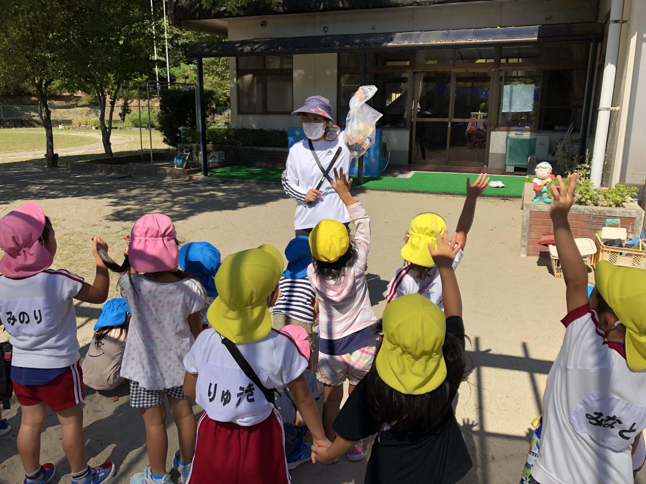 月に一度の赤十字奉仕活動。今回は、桜組、菊組で、大村町のゴミ拾いに行ってきました。大きなゴミはないですが、小さなゴミを子どもたちが発見👀ゴミは、ごみ箱へ捨てましょうね〜。